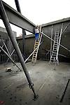 UTRECHT - In Utrecht vult een Duitse medewerker van NovuBouw staande op een houten ladder, met een gieter beton de openingen in de prefab wanden van kantoorvilla Groenewoud.  Het in opdracht van Niroc Vastgoedontwikkeling gebouwde complex krijgt een oppervlakte van 950 m2 en behoort daarmee tot de kleinere kantoorpanden in de bedrijvenpark Papendorp gebouwd worden. COPYRIGHT TON BORSBOOM