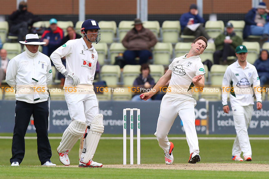 Matt Henry in bowling action for Worcestershire during Worcestershire CCC vs Essex CCC, Specsavers County Championship Division 2 Cricket at New Road on 1st May 2016