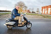 Nederland, Utrecht, 25 jan 2011.Man op een scooter met een teckel aan zijn voeten die lekker meekijkt. Hond uitlaten..Foto (c)  Michiel Wijnbergh