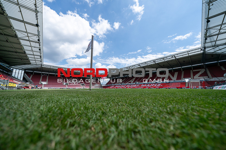 Feature Blick in die Leere OPEL Arena ohne Zuschauer Eckfahne - Bodenfeature<br /> <br /> <br /> Sport: nphgm001: Fussball: 1. Bundesliga: Saison 19/20: 33. Spieltag: 1. FSV Mainz 05 vs SV Werder Bremen 20.06.2020<br /> <br /> Foto: gumzmedia/nordphoto/POOL <br /> <br /> DFL regulations prohibit any use of photographs as image sequences and/or quasi-video.<br /> EDITORIAL USE ONLY<br /> National and international News-Agencies OUT.