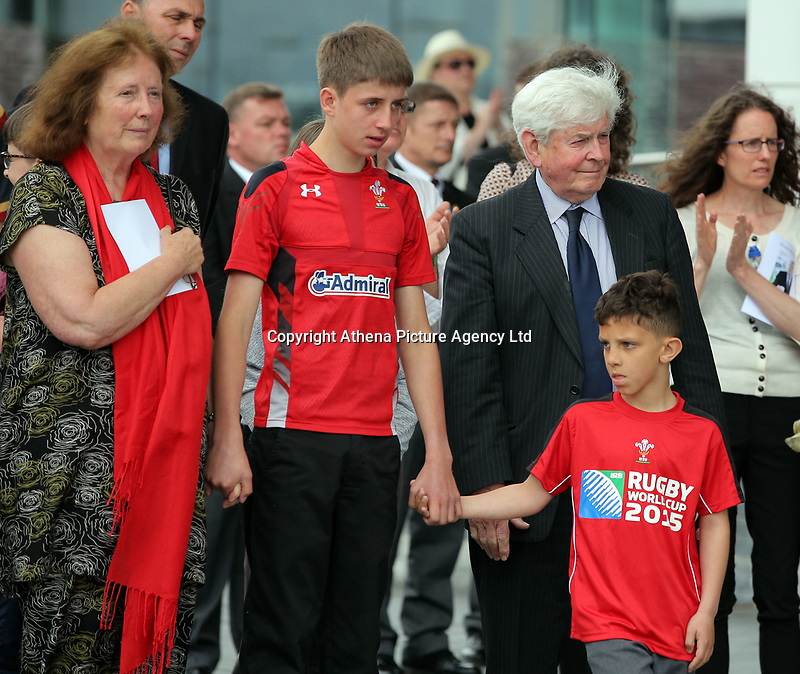 Pictured: Rhofdri Morgan's wife Julie (L) with his brother Prys (R) and relatives after the service. Wednesday 31 May 2017<br />