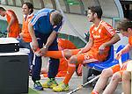 DEN HAAG -Lichte blessure van Robbert Kemperman wordt verzorgd door JW van der Kamp. Het Nederlands mannen hockeyteam speelt zondag een oefenwedstrijd tegen Maleisie (8-2). FOTO KOEN SUYK