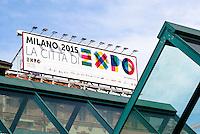 Milano, piazzale Cadorna. Cartellone reclamizzante l'Esposizione Mondiale Expo 2015 e struttura a forma di grafico --- Milan, Cadorna square. Placard of the World Exhibition Expo 2015 and a structure which appears like a graph