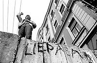 LETTLAND, 20.08.91, Riga. Waehrend des Anti-Gorbatschow-Putsches versuchen sowjetische Truppen, die Kontrolle über Riga zu erhalten, mit dem Scheitern des Putsches gewinnt Lettland endgueltig seine Unabhaengigkeit. - Der Journalist und spaetere Politiker Aivars Berkis spricht von der Barrikade am Parlament. | During the anti-Gorbachev-coup Soviet troops try to obtain control of Riga. With the failure of the coup Latvia finally regains its independence. - The journalist and future politician Aivars Berkis making a speech from the barricade at the parliament..© Martin Fejer/EST&OST