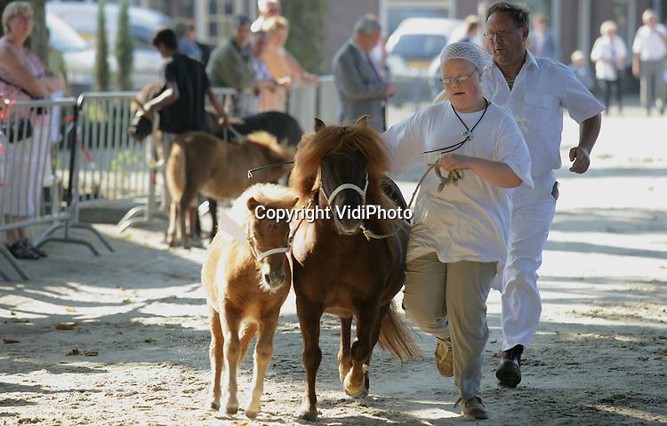 Foto: VidiPhoto..GENT - De belangstelling voor Nederlandse paardenkeuringen neemt weer toe. Dat constateert de organisatie van de Gendtse paarden-, pony- en veulenkeuring in de Betuwe dinsdag. Vermoedelijke oorzaak is de enorme populariteit en de successen van Ankie van Grunsven en haar team. In de Betuwe bevinden zich veel bekende fokkers die op dit moment goede zaken doen vanwege de belangstelling vanuit het buitenland. Nederland behoort tot de top in Europa als het gaat om de kwaliteit van fokpaarden.