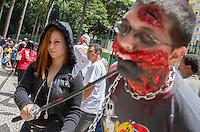 CURITIBA, PR, 02.03.2014 - CARNAVAL / ZOMBIE WALK - Acontece na tarde deste domingo(02), a 6ª edição da Zombie Walk, desfile em que os participantes se fantasiam de mortos-vivos e passeiam pelo centro de Curitiba, já se tornou uma atração fixa no circuito alternativo do carnaval da capital paranaense.  A concentração acontece na Boca Maldita com termino às 16h, na Praça Eufrásio Correia. (Foto: Paulo Lisboa / Brazil Photo Press)