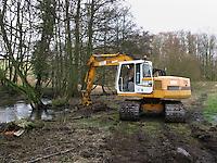 Renaturierung eines Baches, Bach, Ufer eines Bachlauf wird renaturiert, abgeflacht, Bagger, Gewässerschutz, Baggerarbeiten