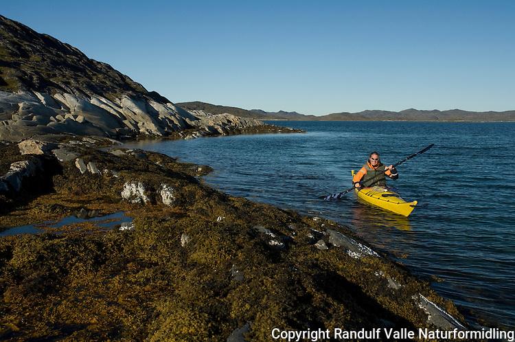 Jente padler kajakk langs land ---- Girl kayaking along shore