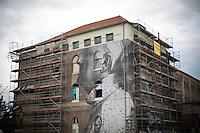 **Hinweis: Dieses Bild ist Teil der Fotostrecke Streetart JR**.<br /> Berlin, Bilder des franz&ouml;sischen K&uuml;nstlers JR am Donnerstag (16.05.13) in Berlin. Der Streetartist JR brachte f&uuml;r sein Projekt &quot;The Wrinkles Of The City&quot; Schwarz/Wei&szlig;-Portraits von Berliner Senioren an verschiedene H&auml;userw&auml;nde in Berlin an. Die dazugeh&ouml;rige Ausstellung in der Galerie Henrik Springmann findet bis zum 25.05.2013 statt.<br /> Foto: Maja Hitij/CommonLens