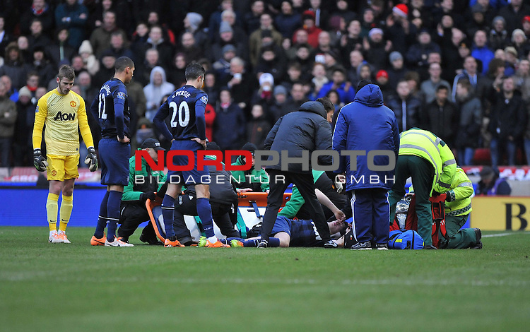 Manchester United's Robin van Persie check to see if  Manchester United's Phil Jones is okay after his head injury. -  01/02/2014 - SPORT - FOOTBALL - Britannia Stadium - Stoke-On-Trent - Stoke v Manchester United - Barclays Premier League<br /> Foto nph / Meredith<br /> <br /> ***** OUT OF UK *****