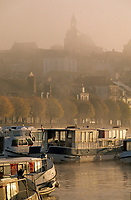 Europe/France/89/Yonne/Joigny: Brumes matinales sur la vallée de l'Yonne et le port fluvial avec les house-boat, en fond l'église Saint Jean