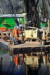 REEUWIJK - Op bedrijventerrein de Reeuwijkse Poort brengt Fugro vanaf een ponton de bodem opnieuw in kaart tijdens heiwerkzaamheden aan het door Bam Utiliteitsbouw Rotterdam gebouwde kantoorpand Het Baken. In opdracht van Rotelco ontwierp Architectenbureua Drost uit Stolwijk een driehoekig gebouw dat ruimte biedt aan diverse bedrijven. Het complex dat half in het water lijkt te gaan liggen, moet medio 2011 klaar zijn.  COPYRIGHT TON BORSBOOM