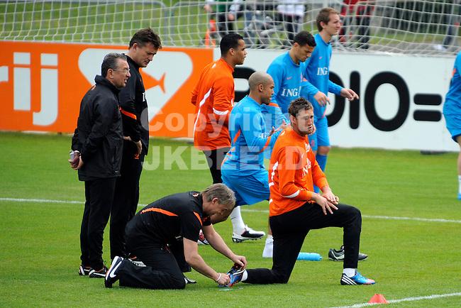 LAUSANNE - Trainingskamp Nederlands Elftal in Zwitserland in het Stade Juan-Antonio Samaranch, voorbereiding EK 2012, 18-05-2012, Het schoeisel van Maarten Stekelenburg wordt gerepareerd.