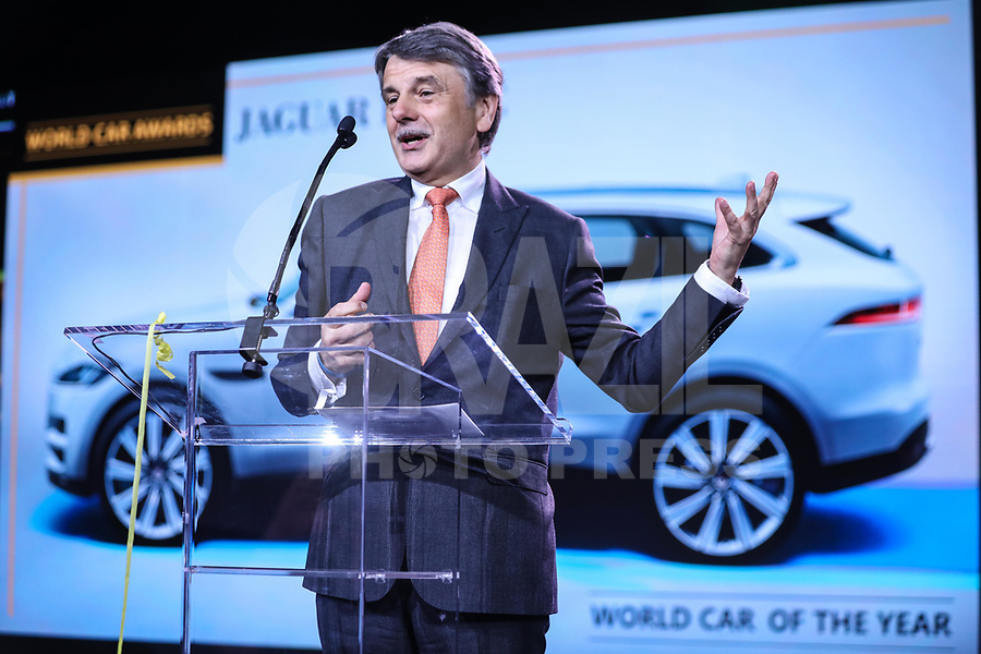 NEW YORK, EUA, 12.04.2017 - AUTOMÓVEL-NEW YORK - Ralf Speth chefe executivo da Jaguar é visto recebendo o premio pelo F-PACE eleito o carro do ano durante o New York Internacional Auto Show no Javits Center na cidade de New York nesta quarta-feira, 12. O evento é aberto ao público do dia 14 à 23 de abril de 2017 . (Foto: Vanessa Carvalho/Brazil Photo Press)