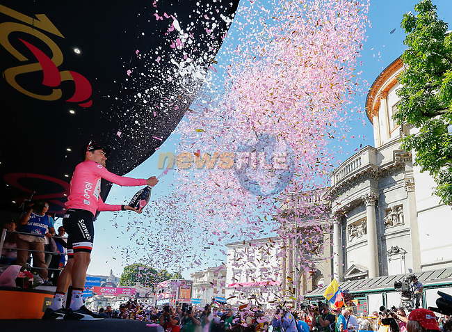 Race leader Maglia Rosa Tom Dumoulin (NED) Team Sunweb on the podium at the end of Stage 15 of the 100th edition of the Giro d'Italia 2017, running 199km from Valdengo to Bergamo, Italy. 21st May 2017.<br /> Picture: LaPresse/Simone Spada | Cyclefile<br /> <br /> <br /> All photos usage must carry mandatory copyright credit (&copy; Cyclefile | LaPresse/Simone Spada)