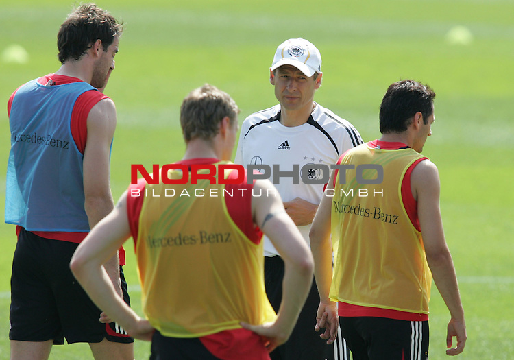 FIFA WM 2006 - Training - Germany<br /> Christoph Metzelder, Robert Huth, Coach J&cedil;rgen Klinsmann and Oliver Neuville (l-r) during a training session at the World Cup in Berlin (Stadion Wurfplatz). <br /> Foto &copy; nordphoto