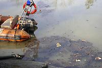 - gravissimo incidente ecologico: 600mila litri di gasolio usciti dai depositi di una raffineria nei pressi di Monza inquinano prima il fiume Lambro e poi il fiume Po; gran parte dell'onda nera viene fermata alla diga della centrale idroelettrica di Isola Serafini<br /> <br /> - serious pollution incident, 600 thousands liters of diesel left the facilities of a refinery near  Monza and pollute first the river Lambro and then the river Po; the most part of oil slick is stopped at the dam of hydroelectric plant of Isola Serafini
