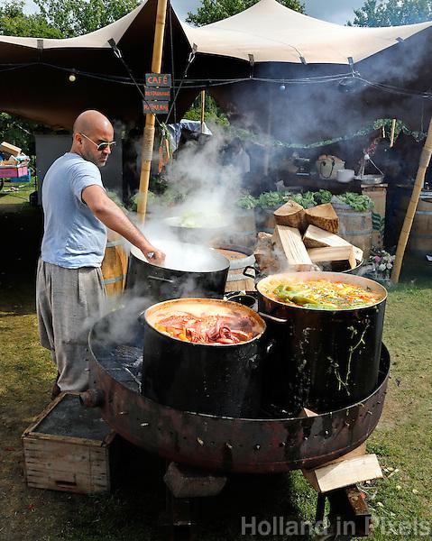 Festival in Amsterdam. De Rollende Keukens. Festival waar bijzondere snacks en maaltijden worden verkocht. Tent van restaurant Rainarai. Nomadische keuken