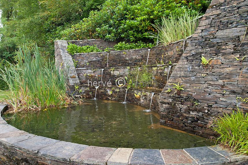 France, Bretagne, Fontaine de schiste dans le Parc du Château de Trévarez // France, Brittany, Fountain of schist in the Park of the Castle of Trévarez