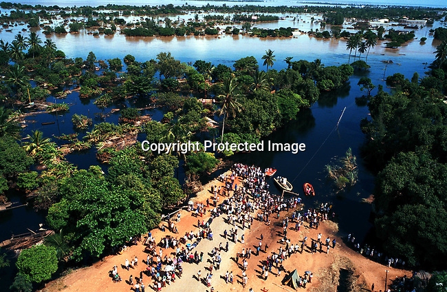 People cut off in Chokwe, a village 150km north of Maputo, Mozambique. Hundreds of thousands of people were made homeless because of the flooding in Mozambique in February-March, 2000; floods.©Per-Anders Pettersson/iAfrika Photos