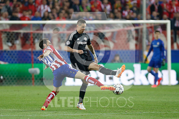 Atletico de Madrid´s Diego Godin (L) and  Chelsea´s Fernando Torres during Champions League semifinal first leg soccer match between Atletico de Madrid and Chelsea, at the Vicente Calderon stadium, in Madrid, Spain, April 22, 2014. (ALTERPHOTOS/Victor Blanco)