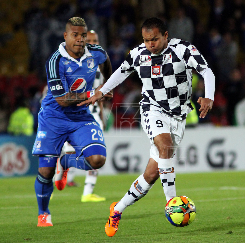 BOGOTA -COLOMBIA, 2 -AGOSTO-2014. Roman Torres ( I) Millonarios disputa el balón con Juan Perez  ( D ) del Chico FC durante partido de la  tercera fecha  de La Liga Postobón 2014-2. Estadio Nemesio Camacho El Campin  . / Roman Torres (L) of Millonarios   fights for the ball with Juan Perez  of Chico FC  during match of the 3th date of Postobon  League 2014-2. Nemesio Camacho El Campin  Stadium. Photo: VizzorImage / Felipe Caicedo / Staff