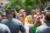 SÃO BERNARDO DO CAMPO, SP, 04.03.2016 - OPERAÇÃO-LAVA JATO - Movimentação da Polícia Federal na frente do prédio do ex-presidente Lula, em São Bernardo, Região da Grande São Paulo. A PF realiza a 24º etapa da Operação Lava Jato. Ex-presidente Lula e sua família são alvos da investigação da Lava Jato nessa nova fase. (Foto: Rogério Gomes/Brazil Photo Press)