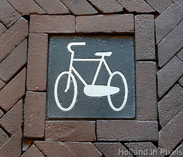 Fietspad. Tegel met afbeelding van een fiets