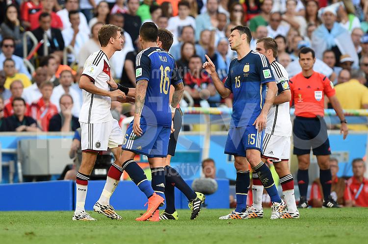 FUSSBALL WM 2014                FINALE Deutschland - Argentinien     13.07.2014 Thomas Mueller (li, Deutschland) diskutiert mit Martin Demichelis (re, Argentinien)