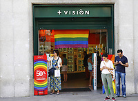 GRA391. MADRID, 22/06/2017.- Bandera del arcoíris colocada en un establecimiento de Madrid dentro de los preparativos del World Pride Madrid 2017 que se inaugura mañana en la capital. EFE/J.P.GANDUL