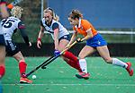HUIZEN - Hockey - Sterre Bregman (Bldaal) met Vera van Schagen (HUI)    Hoofdklasse hockey competitie, Huizen-Bloemendaal (2-1) . COPYRIGHT KOEN SUYK