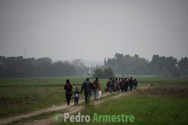03/04/2016. Idomeni, Grecia.<br /> <br /> M&aacute;s de 12.000 refugiados sobreviven en Idomeni, en la frontera de Grecia con la Antigua Rep&uacute;blica Yugoslava de Macedonia. De ellos, 4.000 son ni&ntilde;os. Los refugiados viven en tiendas colocadas en las v&iacute;as del tren mientras esperan que abra la frontera. Save the Children trabaja en Idomeni ofreciendo protecci&oacute;n a los menores no acompa&ntilde;ados, dando comida y ropa a las familias y con un espacio seguro para la infancia. &copy; Pedro Armestre/ Save the Children Handout. No ventas -No Archivos - Uso editorial solamente - Uso libre solamente para 14 d&iacute;as despu&eacute;s de liberaci&oacute;n. Foto proporcionada por SAVE THE CHILDREN, uso solamente para ilustrar noticias o comentarios sobre los hechos o eventos representados en esta imagen.<br /> <br /> More than 12,000 refugees survive in Idomeni, on the border between Greece and Fyrom. More than 4,000 are children. The refugees live in tents placed on the railway tracks while they are waiting to open the border. Save the Children works in Idomeni offering protection to unaccompanied minors, giving food and clothes to families and with a Friendly Children Space. &copy; Pedro Armestre/ Save the Children Handout - No sales - No Archives - Editorial Use Only - Free use only for 14 days after release. Photo provided by SAVE THE CHILDREN, distributed handout photo to be used only to illustrate news reporting or commentary on the facts or events depicted in this image.
