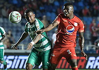 CALI - COLOMBIA, 02-04-2019: Marlon Torres del América disputa el balón con Carlos Peralta de Equidad durante partido por la fecha 13 de la Liga Águila I 2019 entre América de Cali y La Equidad jugado en el estadio Pascual Guerrero de la ciudad de Cali. / Marlon Torres of America struggles the ball with Carlos Peralta of Equidad during match for the date 13 as part of Aguila League I 2019 between America Cali and La Equidad played at Pascual Guerrero stadium in Cali. Photo: VizzorImage / Gabriel Aponte / Staff