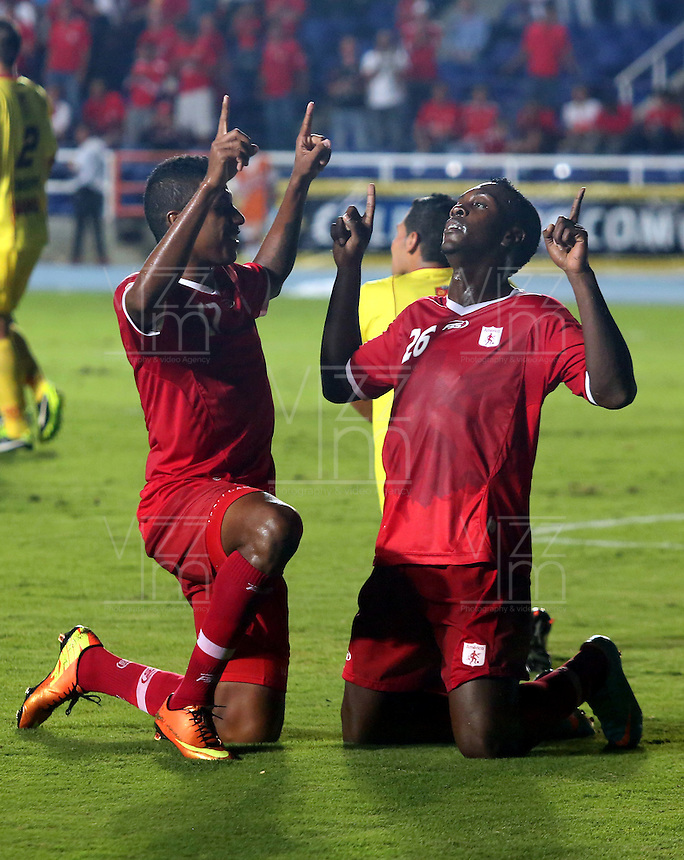 CALI - COLOMBIA-08-04-2013: Jugadores de América, celebran el gol anotado durante partido en el estadio Pascual Guerrero de la ciudad de Cali, abril 08 de 2013. América venció tres goles a uno al Deportivo Pereira en partido por la décima fecha del Torneo Postobon I. (Foto: VizzorImage / Juan C. Quintero / Str).  The players of America celebrate a goal scored during match at Pascual Guerrero stadium in Cali, April 08, 2013. America won three goals to one at Deportivo Pereira in the tenth match of the tournament date Postobon I. (Photo: VizzorImage / Juan C. Quintero / Str)..