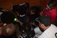 SAO PAULO SP, 27  FEVEREIRO 2013 - Libertadores da America - CORINTHIANS X MILLIONARIOS -  torcedores  se reunem em frente ao estádio paraa assistir  partida pela tv  valida pela Taca Libertadores da Amercia no Estadio do Pacaembu em Sao Paulo, nesta quarta feira, 27. (FOTO: ALAN MORICI / BRAZIL PHOTO PRESS).