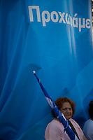 Elezioni in Grecia. Atene, manifestazione conclusiva di Nea Democratia in Piazza Sintagma 15 giugno 2012. Una manifestante di mezza età con la bandiera arrotolata.