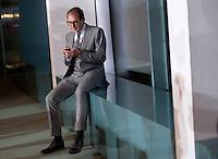 Berlin, der Generalsekret&auml;r der CSU, Alexander Dobrindt, am Dienstag (17.12.13) im Bundeskanzleramt bei der ersten Kabinettssitzung der neuen Bundesregierung mit einem Mobiltelefon.<br /> Foto: Steffi Loos/CommonLens