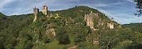 Ruines d'un ensemble de fortification et tours du XIIe au XIVe siècle édifiées sur un promontoire au-dessus de la Maronne