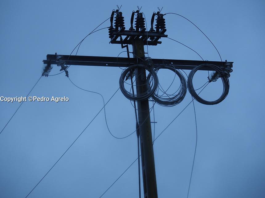 Fecha: 26-12-2017.- poste de la luz con cables para cambiar en Monforte de Lemos
