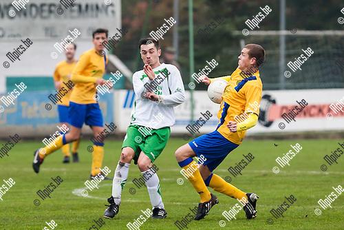 2013-11-17 / Voetbal / Seizoen 2013-2014 / KFC EXC Kaart-K Ternesse VV / Glen De Cock (r. Ternesse) en Mersad Karahmet (l. Kaart) in duel.<br /> <br /> Foto: Mpics.be