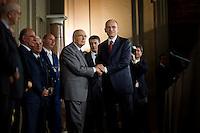 Il nuovo Presidente del Consiglio Enrico Letta stringe le mani al Presidente Giorgio Napolitano dopo aver letto la lista dei ministri che formeranno il nuovo governo