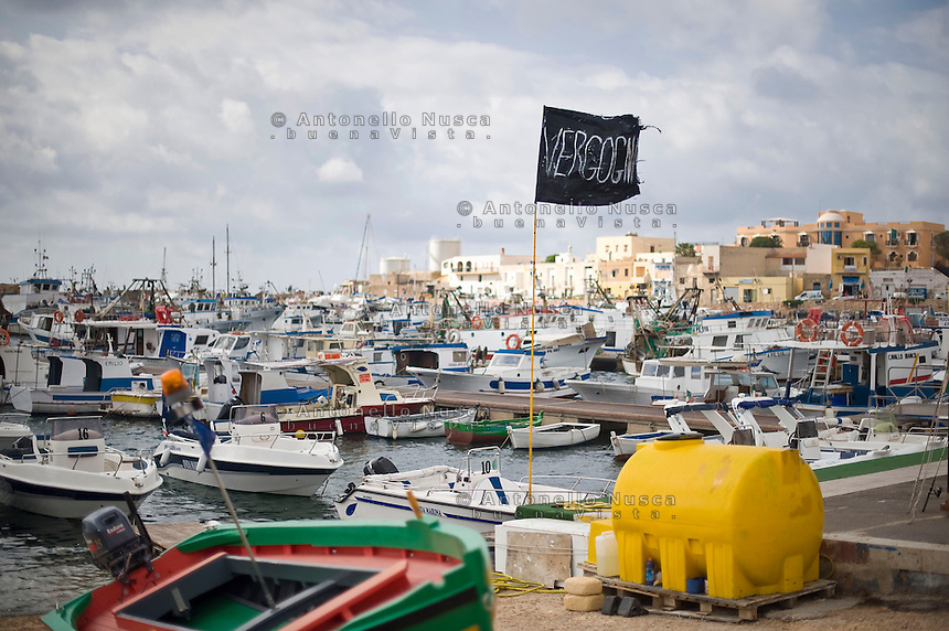 Una bandiera a lutto con su scritto &quot;Vergogna&quot; sventola nel posto di Lampedusa dopo il tragico affondamento del barcone dove hanno trovato la morte pi&ugrave; di 300 clandestini.<br />