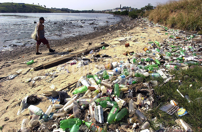 Brasil: A fisherman walks on the polluted banks of the Guanabara Bay...Un pescador camina en la ribera de la Bahia de Guanabara.