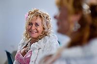 Giuseppe (Bea) della Pelle osserva divertito sua moglie Marioara durante il loro matrimonio al comune di Nemi.