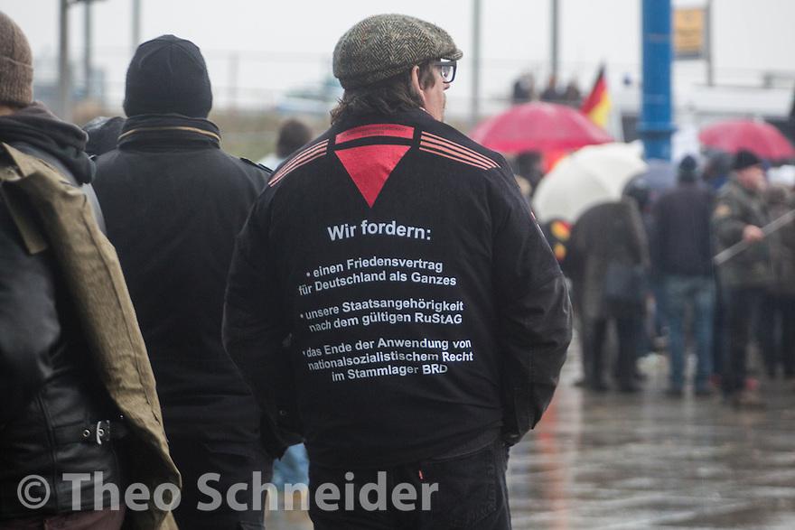 """Ein Teilnehmer mit typischen Forderungen der sog. """"Reichsbürger"""" auf seinem Rücken // Rechter Aufmarsch """"Merkel muss Weg!"""" und Gegenproteste in Berlin."""