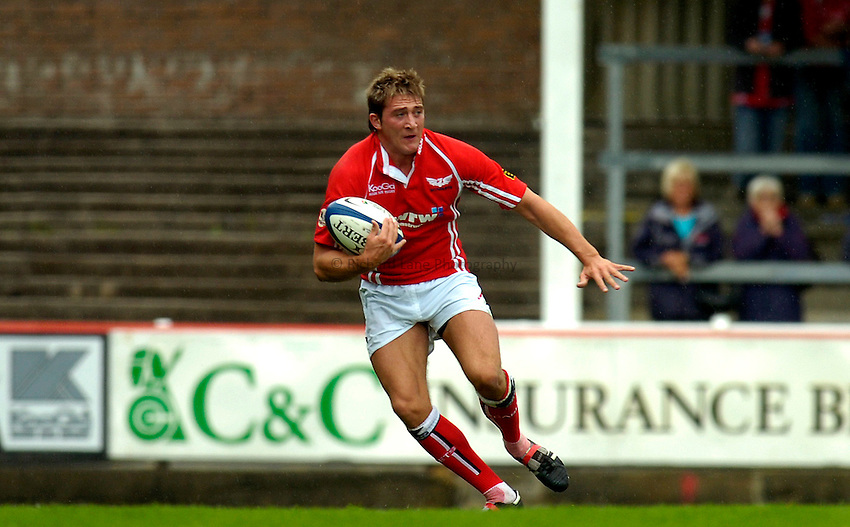 Photo: Alan Crowhurst..Llanelli Scarlets v Gloucester Rugby. Pre Season Friendly. 19/08/2006. Darren Daniel (C) of Llanelli.