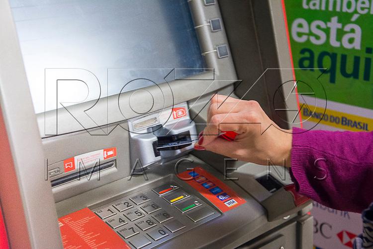 Mulher sacando dinheiro, Aparecida - SP, 10/2016.
