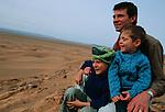 Jean Lou (6ans) Félix (5ans) et Gabriel leur père. Maroc. mars 2006.Marocco. March 2006