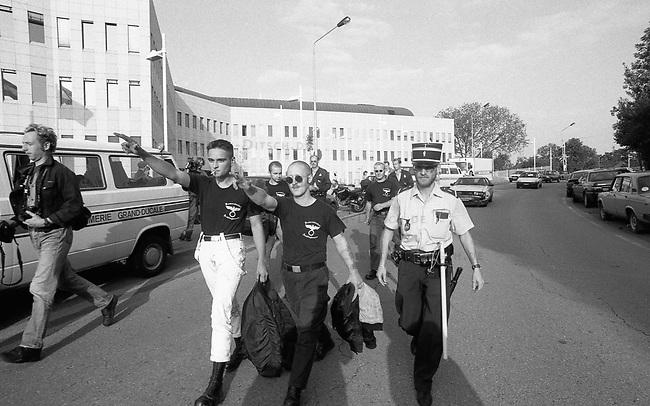 Neonazis versuchen Hess-Gedenken in Luxembourg.<br /> Mehrere dutzend Neonazis aus Deutschland versuchten am 13. August 1994 vor der Deutschen Botschaft in Luxembourg eine Kundgebung in Gedenken an den Hitlerstellvertreter Rudolf Hess abzuhalten. In Deutschland war ein Hess-Gedenken von den Behoerden verboten worden. Die Neonazis wurden nach wenigen Minuten von der Polizei festgenommen und in die Polizeiwache in Schengen verbracht. Von dort wurden sie nach einigen Stunden unter Polizeibegleitung nach Deutschland abgeschoben.<br /> Mitte mit erhobenem Arm: Dieter Riefling, FAP und Kameradschaft Recklinghausen.<br /> 13.8.1994, Schengen, Luxembourg<br /> Copyright: Christian-Ditsch.de<br /> [Inhaltsveraendernde Manipulation des Fotos nur nach ausdruecklicher Genehmigung des Fotografen. Vereinbarungen ueber Abtretung von Persoenlichkeitsrechten/Model Release der abgebildeten Person/Personen liegen nicht vor. NO MODEL RELEASE! Nur fuer Redaktionelle Zwecke. Don't publish without copyright Christian-Ditsch.de, Veroeffentlichung nur mit Fotografennennung, sowie gegen Honorar, MwSt. und Beleg. Konto: I N G - D i B a, IBAN DE58500105175400192269, BIC INGDDEFFXXX, Kontakt: post@christian-ditsch.de<br /> Bei der Bearbeitung der Dateiinformationen darf die Urheberkennzeichnung in den EXIF- und  IPTC-Daten nicht entfernt werden, diese sind in digitalen Medien nach &sect;95c UrhG rechtlich geschuetzt. Der Urhebervermerk wird gemaess &sect;13 UrhG verlangt.]