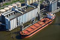 ADM Oelmuehle mit Frachtschiff Al Cmene und Silo: EUROPA, DEUTSCHLAND, HAMBURG, (EUROPE, GERMANY), 19.04.2014 ADM Oelmuehle mit Frachtschiff Al Cmene und Silo